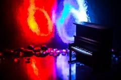 id?rikt begrepp Konstverkgarnering med pianot p? m?rk tonad dimmig bakgrund med ljus fotografering för bildbyråer