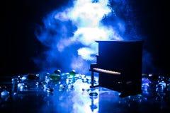 id?rikt begrepp Konstverkgarnering med pianot p? m?rk tonad dimmig bakgrund med ljus royaltyfria bilder