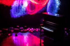 id?rikt begrepp Konstverkgarnering med pianot p? m?rk tonad dimmig bakgrund med ljus royaltyfri bild