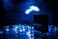 id?rikt begrepp Konstverkgarnering med pianot p? m?rk tonad dimmig bakgrund med ljus royaltyfri fotografi