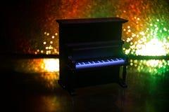 id?rikt begrepp Konstverkgarnering med pianot p? m?rk tonad dimmig bakgrund med ljus arkivfoton