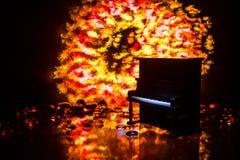 id?rikt begrepp Konstverkgarnering med pianot p? m?rk tonad dimmig bakgrund med ljus arkivbilder