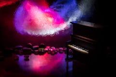 id?rikt begrepp Konstverkgarnering med pianot p? m?rk tonad dimmig bakgrund med ljus royaltyfria foton