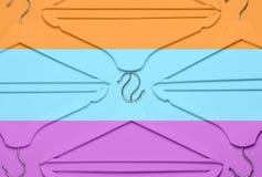 Id?rikt modebegrepp Den plana lekmanna- bästa sikten färgade trähängare på blå rosa orange pop-konst för stil för neonbakgrundsmi arkivbilder