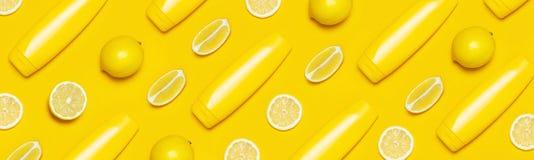 Id?rikt sommarbegrepp Gula kosmetiska flaskbehållare, den nya citrusa citronen på bästa sikt för gul bakgrund lägger framlänges k royaltyfria bilder