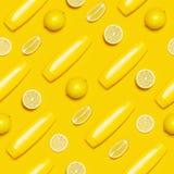 Id?rikt sommarbegrepp Gula kosmetiska flaskbehållare för sömlös modell, ny citrus citron på gul lägenhet för bästa sikt för bakgr arkivfoto