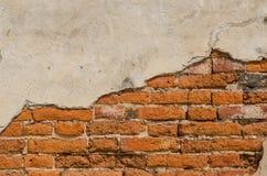 A idade avançada do muro de cimento e do tijolo vermelho Fotografia de Stock Royalty Free