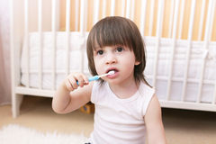 A idade bonita do rapaz pequeno de 2 anos limpa os dentes Imagem de Stock Royalty Free