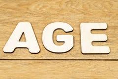 Idade da palavra em uma tabela de madeira imagens de stock royalty free