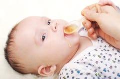 Idade do bebê de 3,5 meses que bebem o suco Fotos de Stock Royalty Free