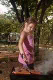 Idade elementar da menina caucasiano pequena que cozinha o evapi do ‡ de Ä em vagabundos Fotos de Stock Royalty Free