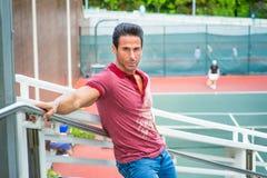 Idade Média forte, homem americano da saúde que espera o no tênis Foto de Stock