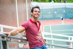 Idade Média forte, homem americano da saúde que pensa pelo campo de tênis Imagem de Stock