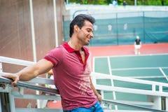 Idade Média forte, homem americano da saúde que pensa pelo campo de tênis Fotografia de Stock Royalty Free