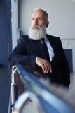 Idade séria do senhor de 50-60 que olham para fora a janela Foto de Stock Royalty Free