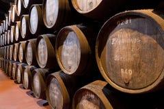 Idades do vinho portuário nos tambores na adega Fotografia de Stock