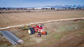 Idaho-Ackerschlepper geparkt auf seinem Gebiet Lizenzfreie Stockbilder