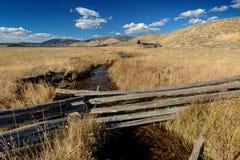 Idaho-Bauernhoffeld mit Blockhaus Lizenzfreie Stockfotos
