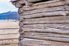 Idaho-Klotz eines Blockhauses und des Berges Stockfoto