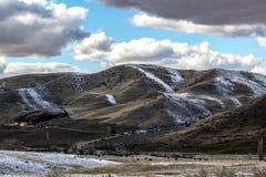 Idaho rancho przy zmierzchem po lekkiego śniegu pod niebieskim niebem i łamać chmurami Obraz Stock
