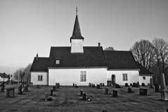 Idd kyrka i dimma som är svartvit Royaltyfri Foto