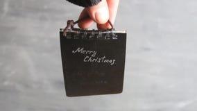 Idée de Noël, style de vintage La main tient une étiquette banque de vidéos
