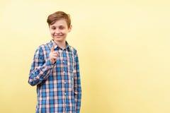 Idea, aclarando, penetración, haciendo muecas sonrisa del muchacho fotografía de archivo