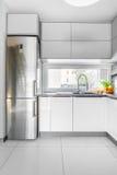 Idea bianca della cucina della villa immagine stock