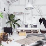 Idea con l'amaca, stile scandinavo di interior design della soffitta di boho fotografie stock libere da diritti