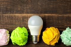Idea creativa del concepto Concepto de idea creativa Bulbos del papel arrugado y de la bombilla metáfora, inspiración imagen de archivo