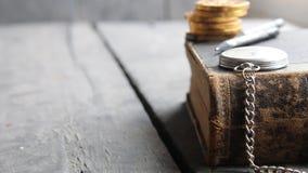 Idea creativa del préstamo del estudiante, libro en la tabla de madera almacen de video