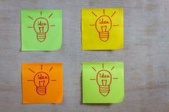 Idea de la bombilla del concepto de la inspiración en el cuaderno de notas pegajoso colorido Imágenes de archivo libres de regalías