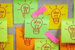 Idea de la bombilla del concepto de la inspiración en el cuaderno de notas pegajoso colorido Fotografía de archivo