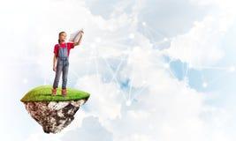 Idea de la comunicación de Internet de los niños o del control en línea el jugar y del padre Foto de archivo
