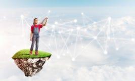 Idea de la comunicación de Internet de los niños o del control en línea el jugar y del padre Fotografía de archivo libre de regalías