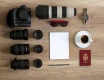 Idea de la preparación del fotógrafo con los accesorios para el travelphotog Foto de archivo libre de regalías
