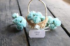 Idea de la venta de la primavera Aún vida rústica, rosas y etiqueta Fotografía de archivo libre de regalías