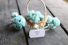 Idea de la venta de la primavera Aún vida rústica, rosas y etiqueta Foto de archivo libre de regalías