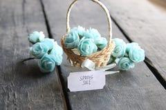 Idea de la venta de la primavera Aún vida rústica, rosas y etiqueta Fotografía de archivo