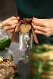 Idea de las decoraciones de la Navidad de un regalo hecho a mano Fotos de archivo libres de regalías