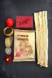 Idea de las decoraciones de la Navidad de un regalo hecho a mano Fotos de archivo