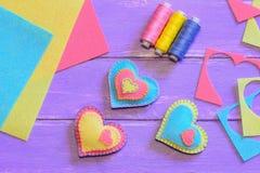 Idea de las decoraciones del día de tarjetas del día de San Valentín Decoraciones del corazón del fieltro, sistema del hilo, hoja Imagen de archivo libre de regalías