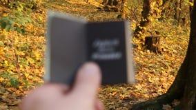 Idea de los paquetes de vacaciones Explore el sueño descubren el texto almacen de video