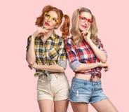 Idea de pensamiento de la muchacha divertida de la moda Empollón sonriente fotos de archivo