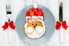 Idea del arte de la comida de la Navidad para los niños - crepes de Papá Noel para el desayuno foto de archivo libre de regalías