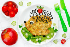 Idea del arte de la comida para los niños - el escalope con las verduras formó divertido Fotografía de archivo