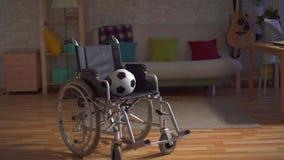 Idea del concepto el final de una carrera de los deportes, una silla de ruedas sola con una bola almacen de video