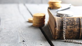 Idea del préstamo del estudiante, libro en la tabla de madera, espacio de la copia, estilo del rerto metrajes