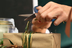 Idea del regalo de la Navidad cómo adornar un regalo Imágenes de archivo libres de regalías