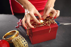 Idea del regalo de la Navidad cómo adornar un regalo Foto de archivo libre de regalías